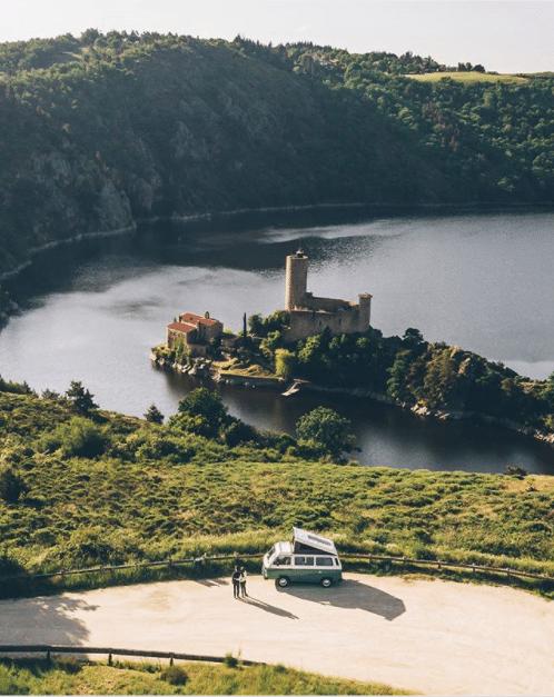 Influenceurs voyage : le top 3 des comptes à suivre cet été 2020 @bestjobers BestJobers Loire Château de Grangent voyage en van